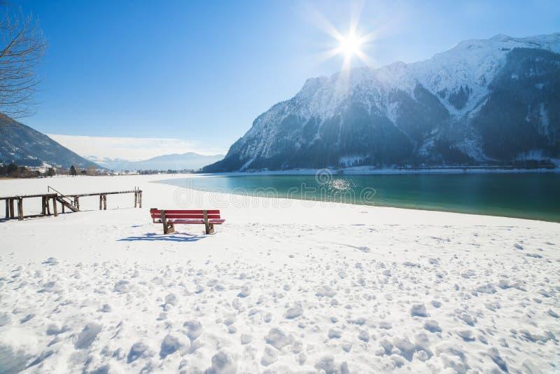 Ландшафт горы зимы на солнечный день стоковое фото