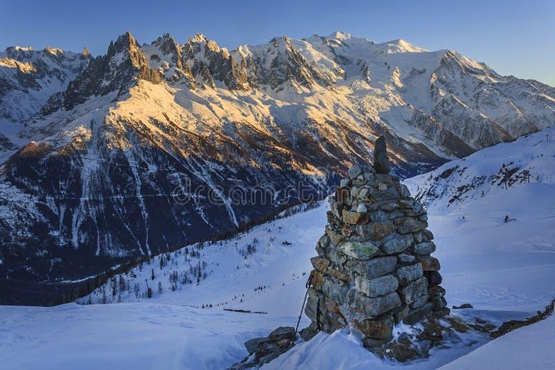 Ландшафт горы зимы покрытый снег на заходе солнца стоковые фото