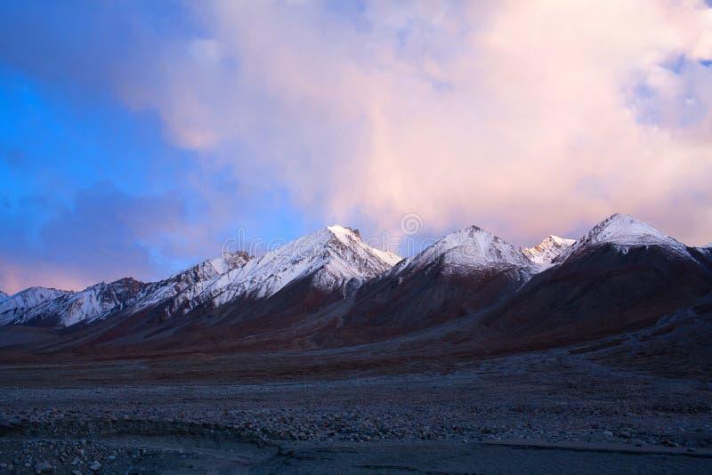 Ландшафт горы на озере Tsomoriri в индийских Гималаях стоковое изображение rf