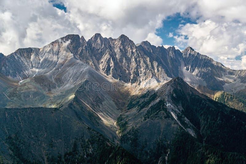 Ландшафт горы с облаками стоковое изображение rf
