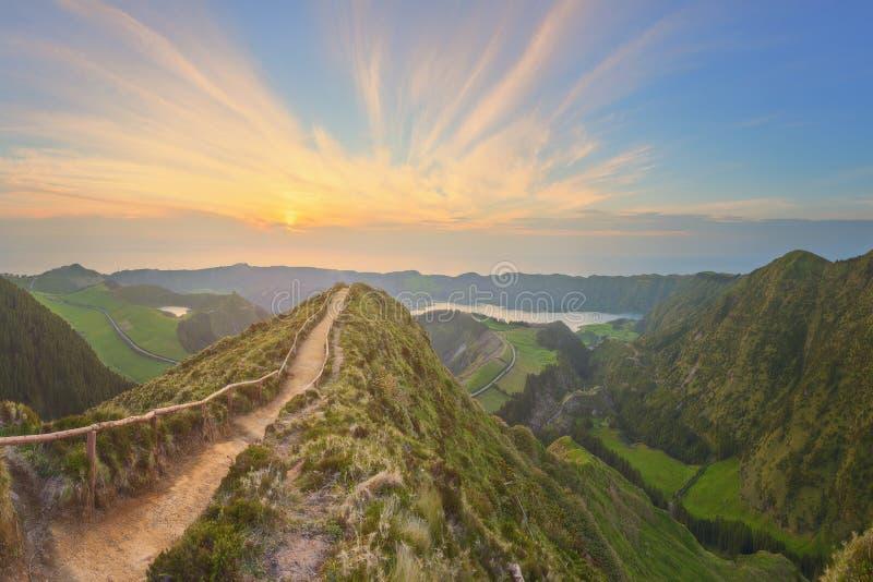Ландшафт горы с тропой и взглядом красивых озер, Ponta Delgada, островом Мигеля Sao, Азорскими островами, Португалией стоковая фотография rf