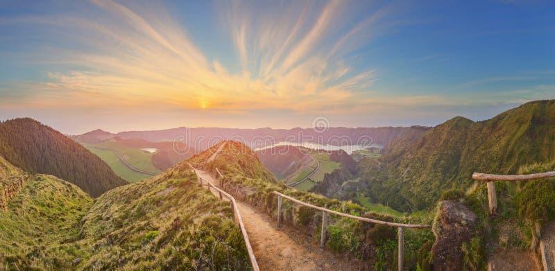 Ландшафт горы с тропой и взглядом красивых озер, Ponta Delgada, островом Мигеля Sao, Азорскими островами, Португалией стоковые фотографии rf