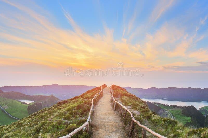 Ландшафт горы с тропой и взглядом красивых озер, Ponta Delgada, островом Мигеля Sao, Азорскими островами, Португалией стоковые изображения rf