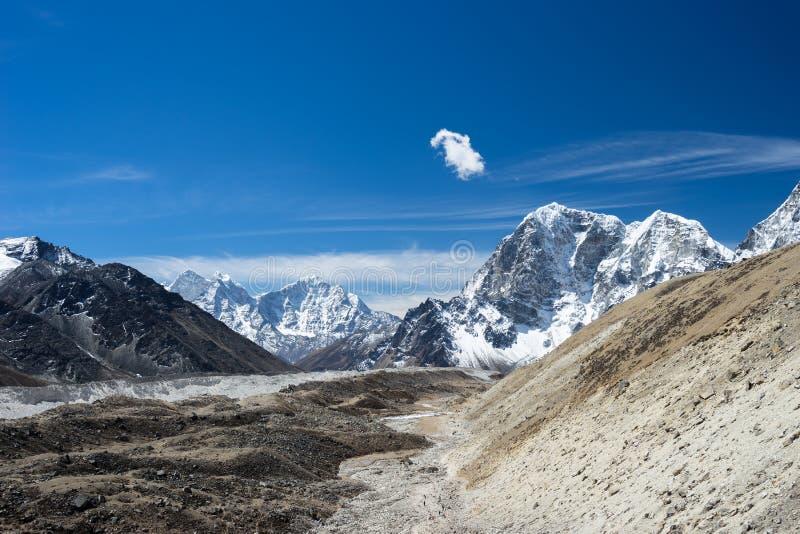 Ландшафт гор Гималаев на всем пути к основанию ca Эвереста стоковая фотография