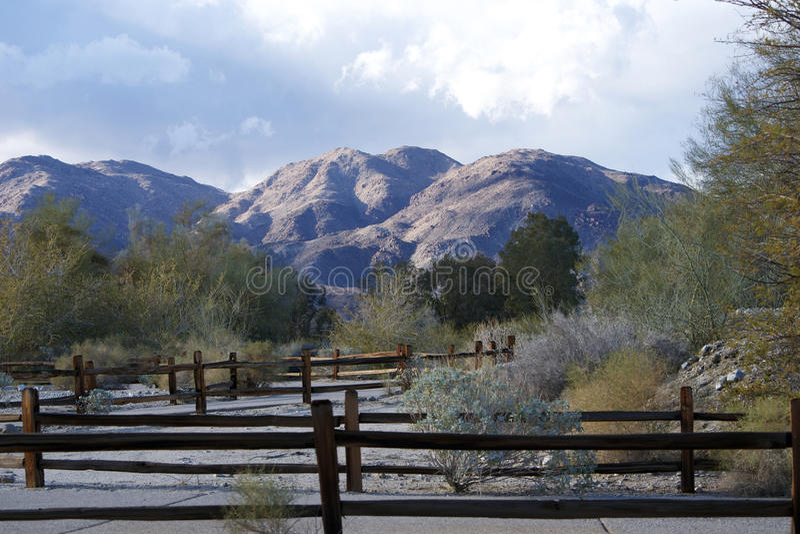 Ландшафт гор с коричневой загородкой стоковые фото