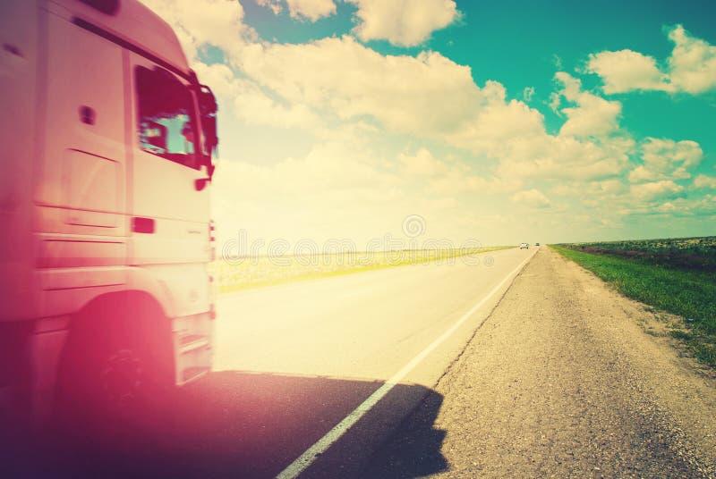 Ландшафт лета дороги тележки Транспорта расстояния далеко стоковое изображение