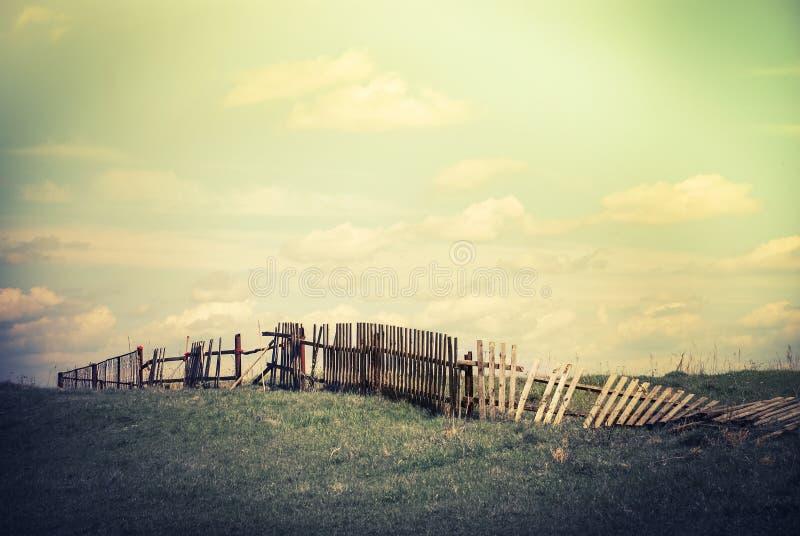 Ландшафт лета с старой сломанной загородкой на выгоне стоковые изображения rf