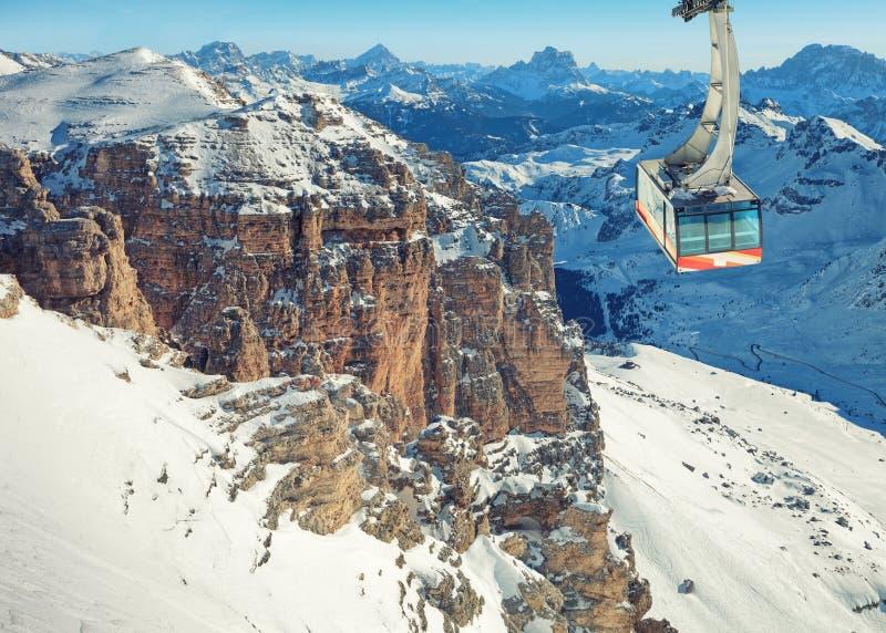 Ландшафт зимы высоких снежных гор стоковое фото rf
