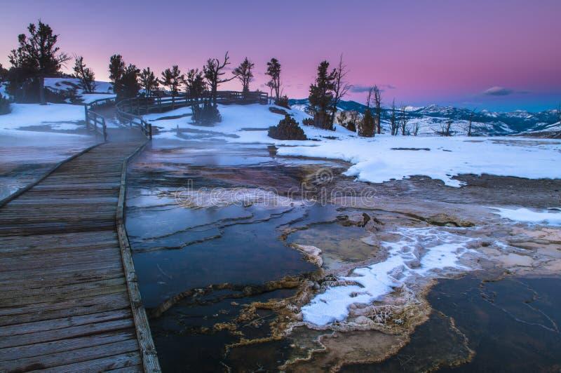 Ландшафт зимы Йеллоустона на заходе солнца стоковые изображения