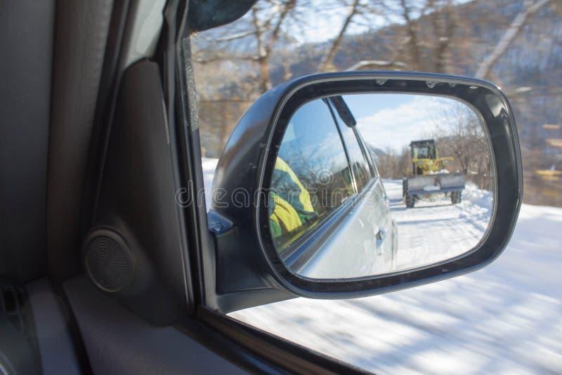 Ландшафт зимы, машина чистки снега Катите машину затяжелителя, разгржая снег во время муниципального экипажа работ стоковое фото