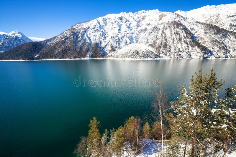 Ландшафт зимы озера гор стоковая фотография rf