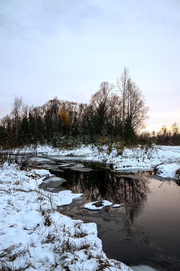 Ландшафт зимы сибирский Река не замерзает в зиме Отражение в воде Заход солнца стоковая фотография