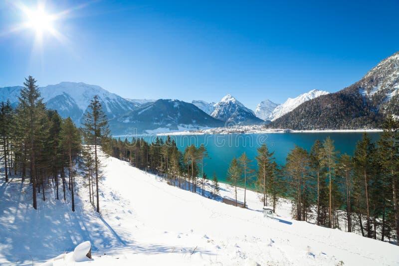 Ландшафт зимы с красивым озером в Альпах, Achensee горы стоковые фотографии rf