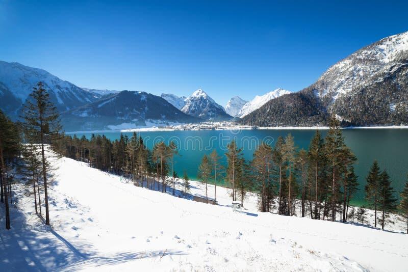 Ландшафт зимы с красивым озером горы в Альпах стоковая фотография rf