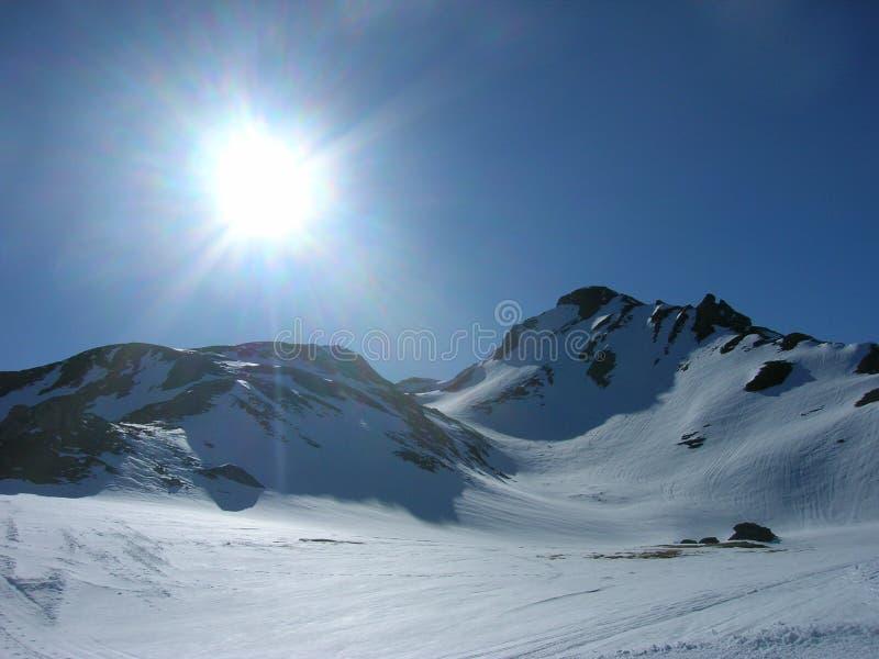 Ландшафт зимы Snowy в горах стоковые фото