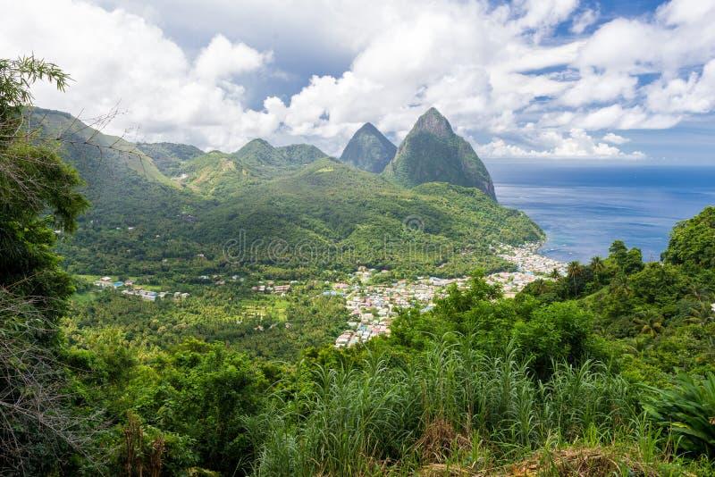 Ландшафт известной горы Pitons в Сент-Люсия, карибский стоковое фото