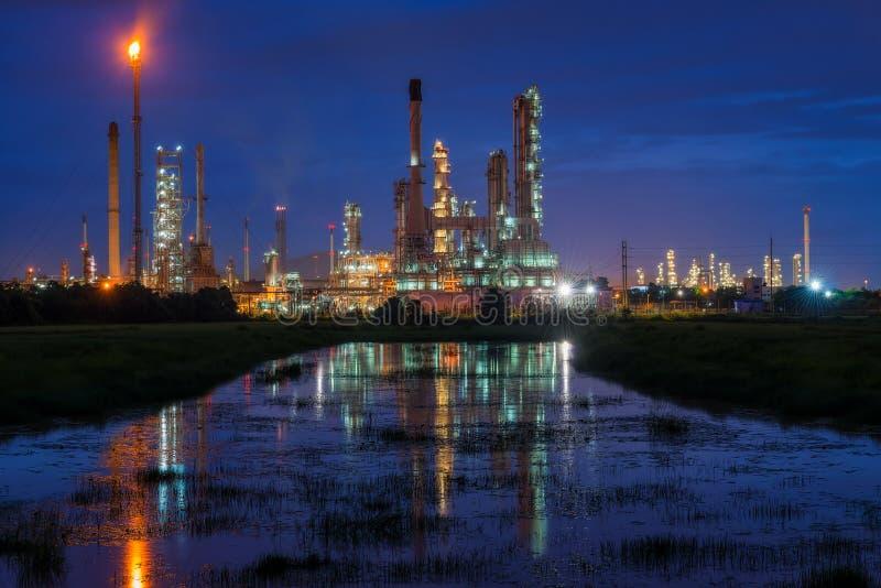 Ландшафт индустрии нефтеперерабатывающего предприятия или нефтеперегонного завода с refle стоковая фотография rf