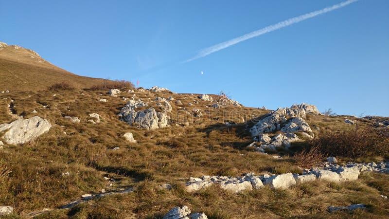 Ландшафт на горе Nanos, Словении с луной видимой стоковая фотография rf