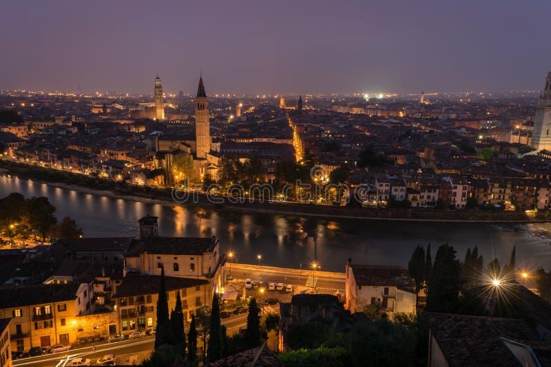 Ландшафт ночи Вероны, Италии стоковое изображение rf