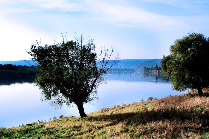 Ландшафт осени реки Днестра на границе Молдавии и Украины стоковые изображения