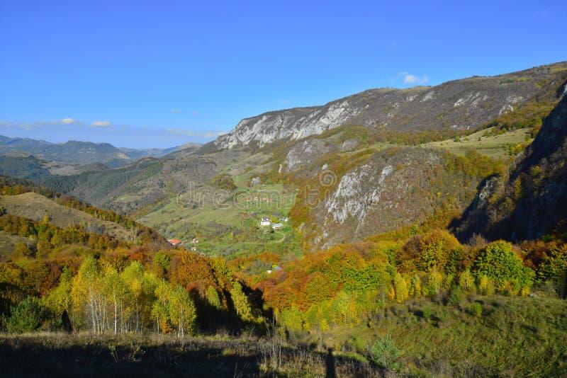 Ландшафт осени с монастырем на расстоянии в Румынии стоковое изображение