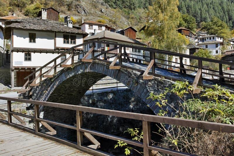Ландшафт осени с римским мостом и панорама к городку Shiroka Laka, Болгарии стоковые изображения rf