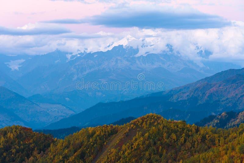 Ландшафт осени с целью верхней части горы стоковые изображения