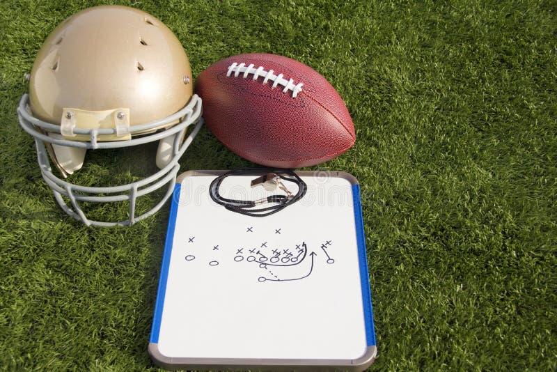 Ландшафт доски сзажимом для бумаги и свистка шарика шлема футбола стоковые фото