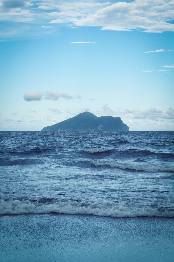 Ландшафт острова Guishan от пляжа Waiao в посёлке Toucheng, Yilan, Тайване стоковая фотография rf