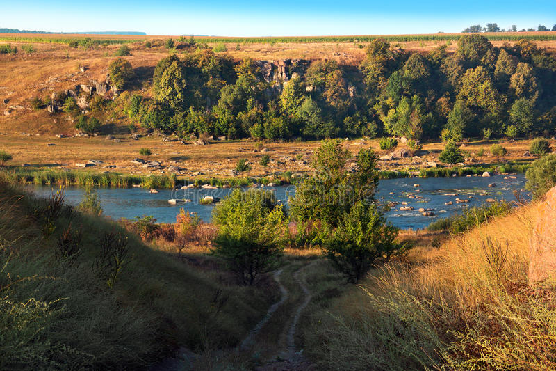 Ландшафт долины, холмов, промоины, реки и деревьев стоковое изображение