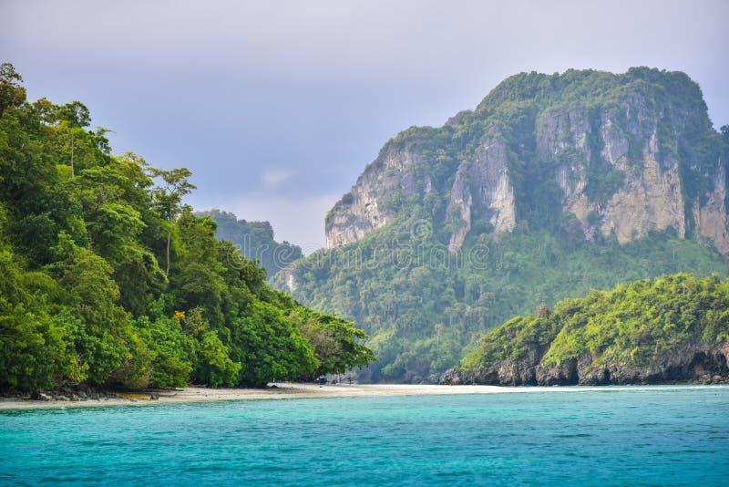 Ландшафт побережья залива чистой воды пляжа острова моря стоковая фотография rf