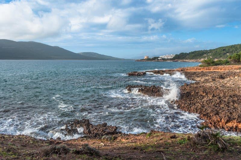 Ландшафт побережья каподастра Caccia на заходе солнца стоковые изображения