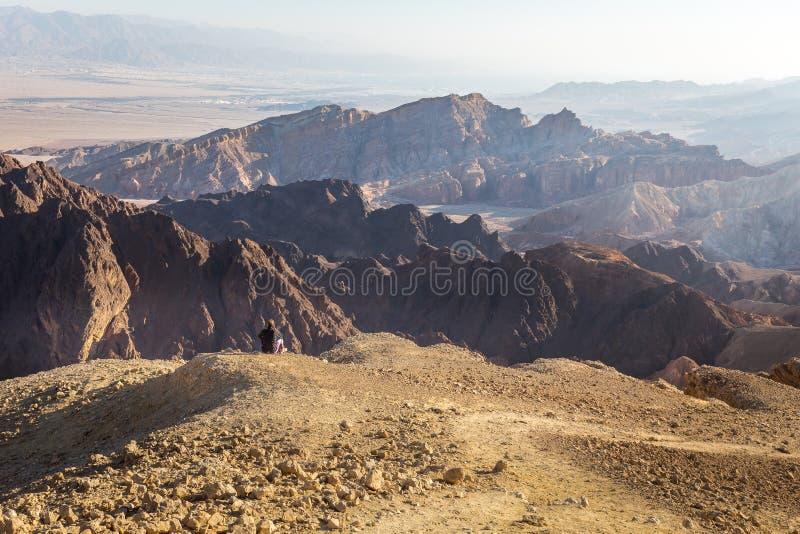 Ландшафт пустыни края горы туриста backpacker женщины сидя отдыхая стоковая фотография