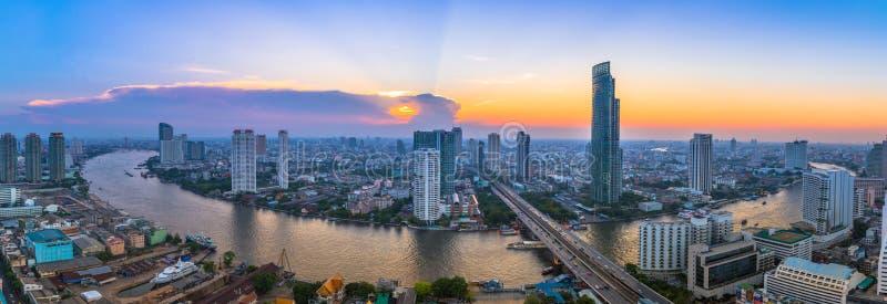Ландшафт реки в городском пейзаже Бангкока с заходом солнца стоковые изображения rf