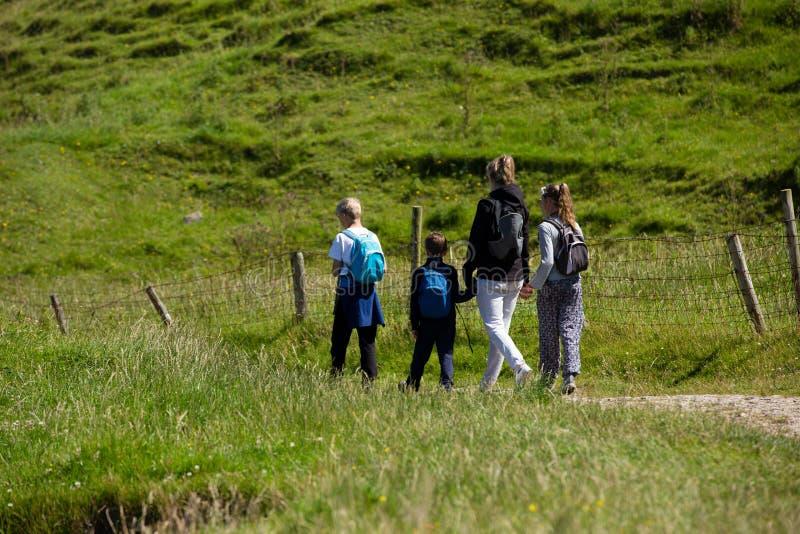 Ландшафт Северной Ирландии, пешая семья на тропе, рядом с загородкой стоковое изображение rf