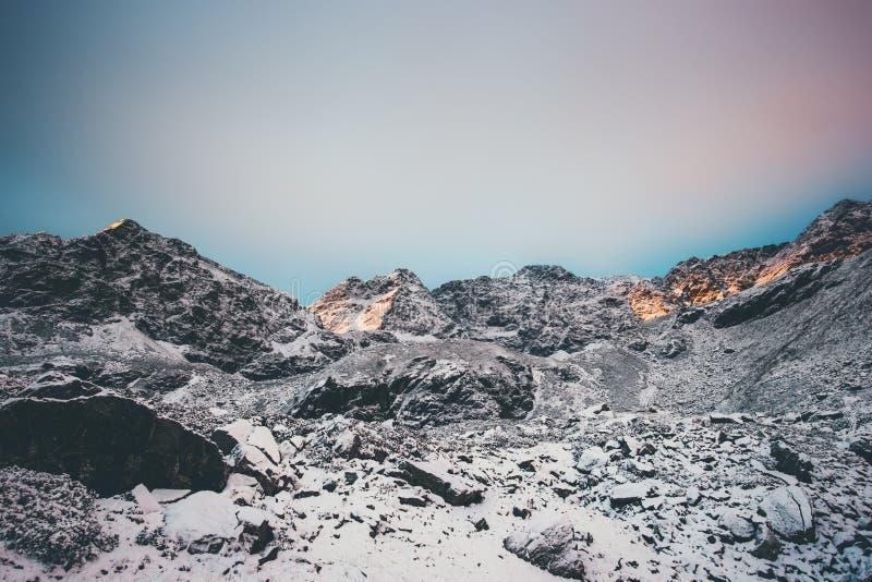 Ландшафт скалистых гор на заходе солнца стоковые фото