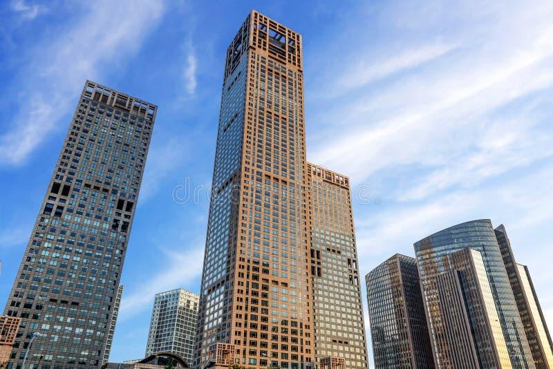Ландшафт современного города под голубым небом стоковая фотография