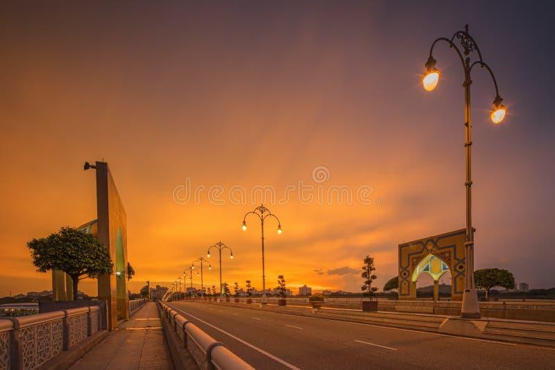 Ландшафт современного моста на восходе солнца, Путраджайя стоковое изображение