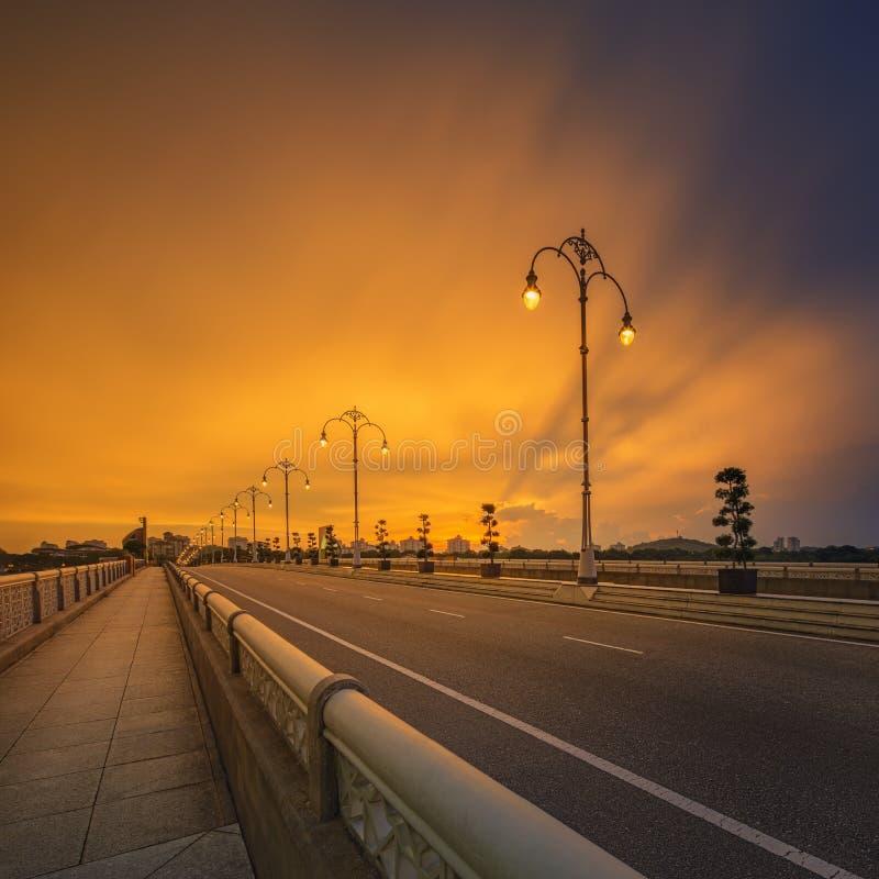 Ландшафт современного моста на восходе солнца, Путраджайя стоковые изображения rf