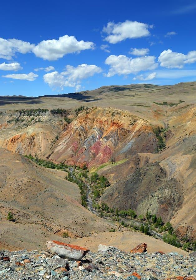 Ландшафт с депозитом красочной глины в горах Altai стоковые изображения rf