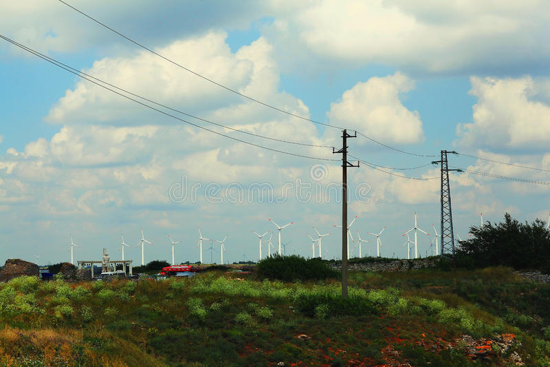 Ландшафт с линиями электропередач и ветрянками провода стоковое фото rf