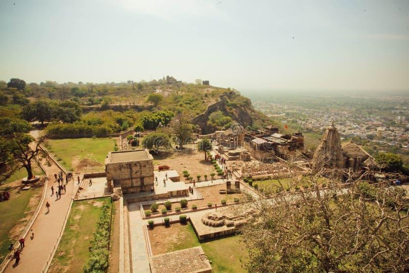 Ландшафт с индийским городом и руинами каменных висков стоковые фотографии rf