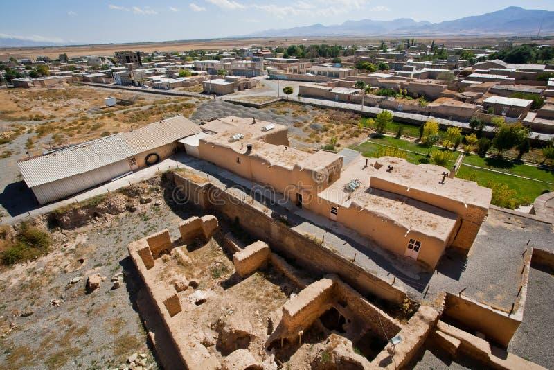 Ландшафт с иранским городком и руины вокруг старой мечети стоковые фотографии rf