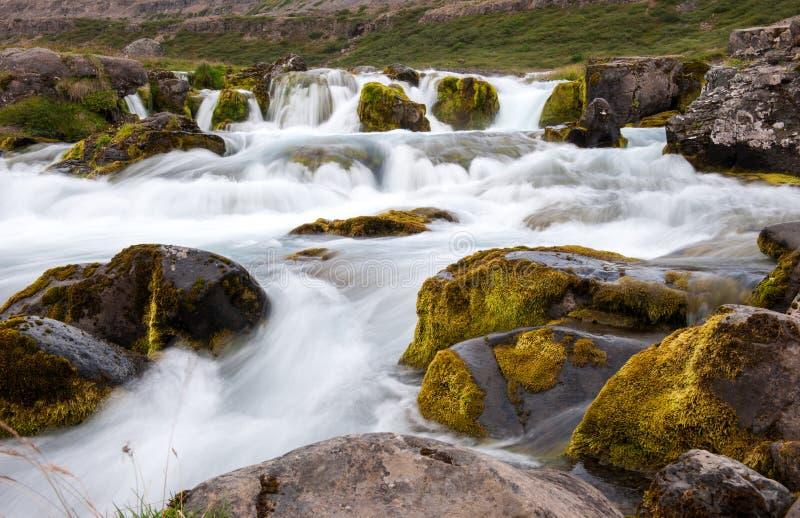 Ландшафт с малым водопадом, частью водопада Dynjandi, долгой выдержкой, Исландией стоковые изображения rf