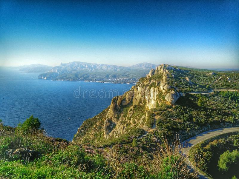 Ландшафт с морем и горой на юге  Франции стоковое фото