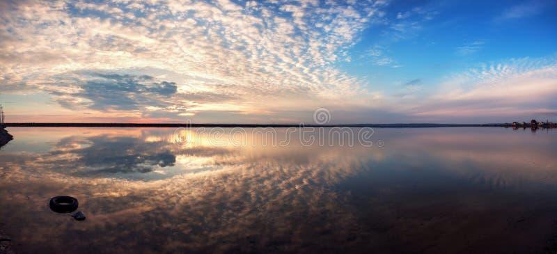 Ландшафт с облаками отражения озера Красивейший заход солнца лета стоковые фотографии rf