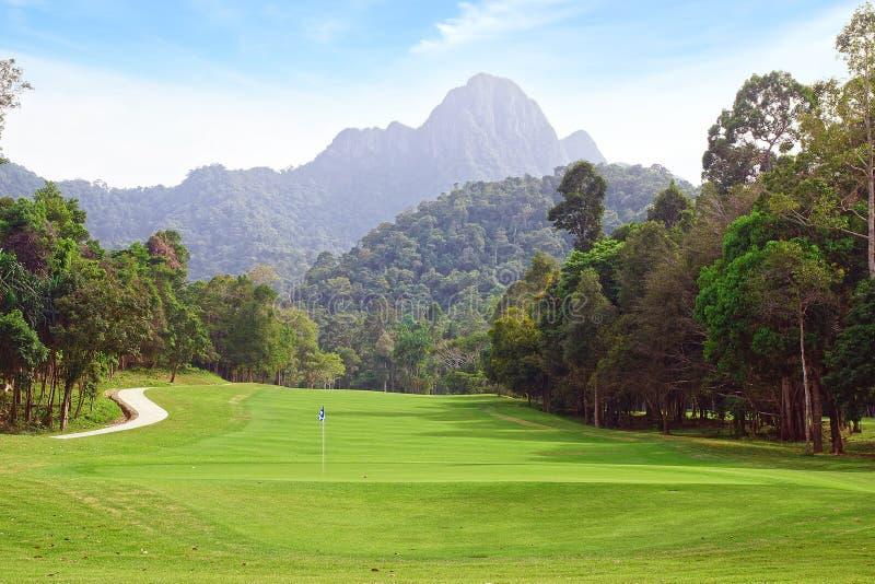 Ландшафт с полем для гольфа. стоковые фотографии rf