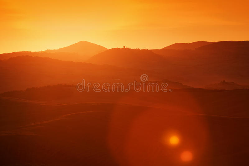 Ландшафт Тосканы на восходе солнца, Италии Тосканские холмы, пирофакел солнца стоковые фотографии rf