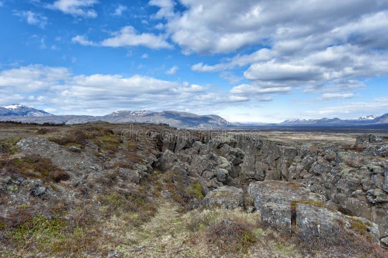 Ландшафт трещиноватости земли Pingvellir Исландии стоковые фотографии rf