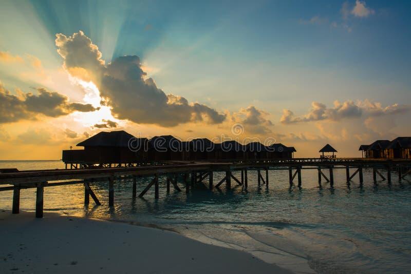 Ландшафт тропических пляжа и Индийского океана песка на заходе солнца стоковое фото rf